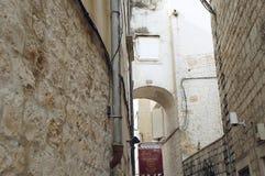 Rua estreita e fachadas encantadores na cidade velha de Trogir Fotos de Stock