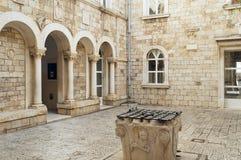 Rua estreita e fachadas encantadores na cidade velha de Trogir Foto de Stock