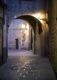 Rua estreita em Barcelona fotografia de stock