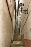 Rua estreita em Bernkastel-Kues no rio Mosel em Alemanha Fotos de Stock Royalty Free