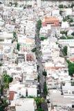 Rua estreita em Saigon com muitas construções imagens de stock