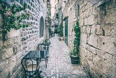 Rua estreita em Trogir histórico, filtro análogo fotografia de stock