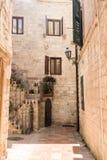 Rua estreita entre casas velhas na cidade velha de Kotor fotografia de stock royalty free