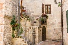 Rua estreita entre casas velhas na cidade velha de Kotor fotos de stock royalty free