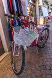 Rua estreita italiana na cidade velha - bicicleta Imagens de Stock Royalty Free