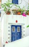 Rua estreita na cidade de Neorio na ilha de Poros, Grécia Branco velho foto de stock royalty free