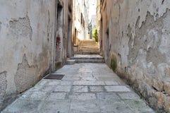 Rua estreita na cidade medieval velha Korcula, Croácia, Europa imagem de stock