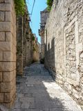 Rua estreita na cidade velha de Korcula, Croácia imagem de stock royalty free