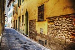 Rua estreita na cidade velha de Pistoia fotografia de stock