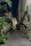 Rua estreita na cidade velha Mougins em França Opinião da noite imagem de stock
