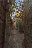Rua estreita na noite velha de Budva com vintage  Fotografia de Stock