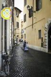 Rua estreita perto do de'Fiori de Camo em Roma Imagens de Stock