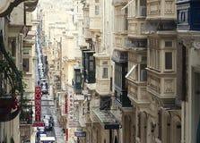 Rua estreita velha com os balcões de madeira fechados tradicionais em Valletta Imagem de Stock Royalty Free