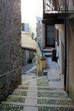 Rua estreita velha na ilha de Isola Bella no lago Maggiore, Itália imagem de stock