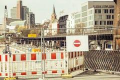 Rua europeia da cidade no reparo, tráfego dividido, sinal da parada Imagens de Stock Royalty Free