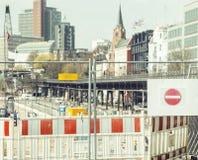Rua europeia da cidade no reparo, tráfego dividido, sinal da parada Fotos de Stock