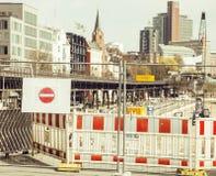 Rua europeia da cidade no reparo, tráfego dividido, sinal da parada, Foto de Stock Royalty Free