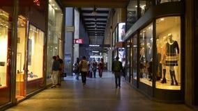 A rua famosa de Emanuele do vittorio do corso do tempo do dia de Milão armazena o panorama 4k Italia vídeos de arquivo