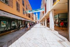Rua famosa Kalelarga na parte velha da cidade durante o verão em Zadar, Croácia Fotografia de Stock