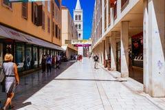 Rua famosa Kalelarga na parte velha da cidade durante o verão em Zadar, Croácia Imagem de Stock Royalty Free