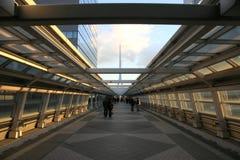 Rua futurista com povos Foto de Stock