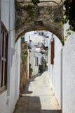 Rua grega típica, cidade de Lindos, ilha do Rodes, Grécia Foto de Stock