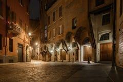 Rua histórica da Bolonha Italia na noite imagem de stock royalty free
