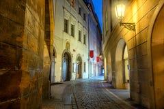 Rua histórica velha de Praga na noite com lâmpadas velhas fotos de stock royalty free