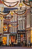 Rua holandesa da compra com a decoração do Natal em Haia Imagem de Stock Royalty Free