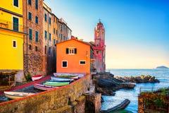 Rua, igreja e barcos da vila do mar de Tellaro Cinque Terre, Ligu fotografia de stock