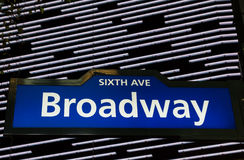 A rua iluminada de Broadway assina dentro New York City Fotografia de Stock Royalty Free