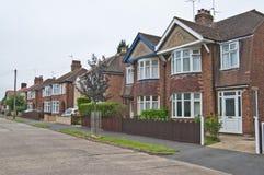 Rua inglesa de semi & casas destacadas Imagem de Stock