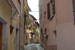 Rua italiana de Tipical com casas velhas e tradição Fotografia de Stock