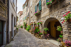 Rua italiana em uma cidade provincial pequena de Tuscan Imagem de Stock
