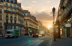 Rua larga em Paris foto de stock royalty free