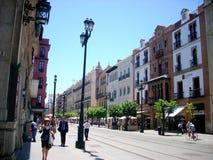 Rua larga no centro de Sevilha Foto de Stock Royalty Free