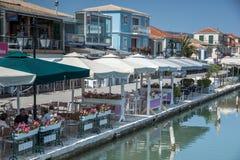 Rua litoral na cidade de Lefkada, ilhas Ionian, Grécia Foto de Stock Royalty Free