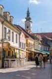 Rua local com a torre de igreja histórica na capital de Zagreb de croatia imagens de stock royalty free