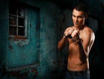 Rua-lutador novo muscular do indivíduo do retrato horizontal foto de stock