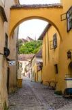 Rua medieval de Sighisoara, Romênia Fotografia de Stock Royalty Free