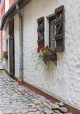 Rua medieval estreita na cidade velha de Riga, Letónia Fotografia de Stock Royalty Free