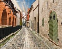Rua medieval na cidade velha de Riga, Letónia Fotografia de Stock