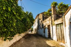 Rua mediterrânea colorida estreita autêntica na cidade do Cretan de Chania, ilha da Creta, Grécia fotos de stock