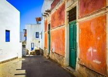 Rua mediterrânea com paredes e portas e janelas coloridas foto de stock