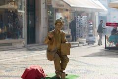 A rua mimica o executor em Lisboa, Portugal Imagens de Stock Royalty Free