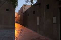 Rua misteriosa no crepúsculo, Dubai imagem de stock