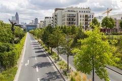 Rua moderna da cidade sob a construção com arquitetura paisagista Foto de Stock Royalty Free