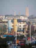 Rua moderna em Dali China com os pagodes no fundo Fotos de Stock Royalty Free