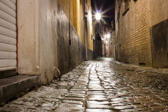 Rua molhada velha do cobblestone após a chuva na noite imagens de stock