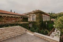 A rua montanhosa com jardins min?sculos, cercando as casas de campo e os hot?is, Budva Montenegro imagens de stock royalty free